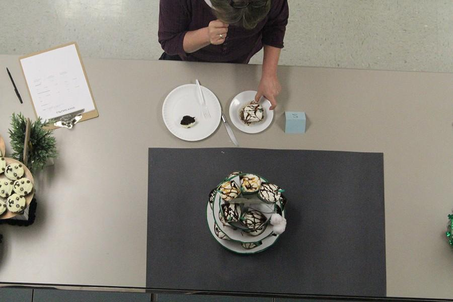 One team decided to structure their presentation around Starbucks coffee. These cupcakes really capture the essence of Starbucks, Kay Fenn said. The presentation is a little messy, but the taste is amazing.