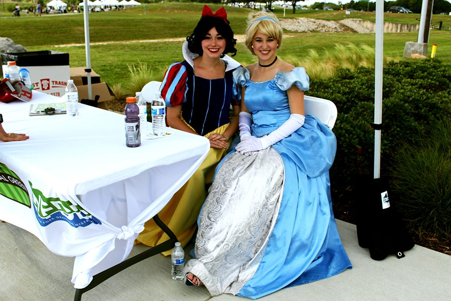Princesses Snow White and Cinderella station near the opening of the park to welcome guests, especially children, with a photo. Other princesses were spotted around the path.